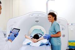 医师和技术员X-射线的 免版税库存图片