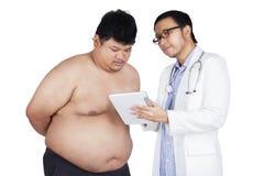 医师解释核对结果 免版税库存图片
