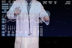 医师输入关于一台未来派计算机的信息。 免版税库存图片