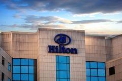 希尔顿在大厦的旅馆和手段商标,日落时间 免版税库存照片