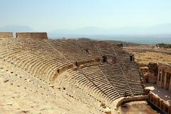 希拉波利斯古城的古老剧院的分配为花坛的区域 库存图片