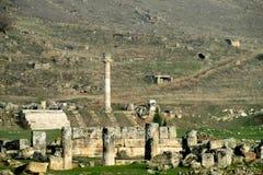 希拉波利斯古老古色古香的寺庙废墟  免版税库存图片