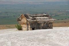 希拉波利斯在棉花堡仿古在石灰华登上的坟茔 Denizli,土耳其 库存照片
