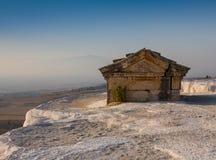 希拉波利斯在棉花堡,代尼兹利,土耳其仿古坟茔 免版税库存照片