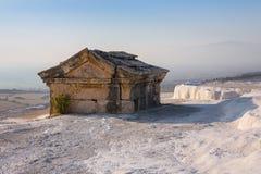 希拉波利斯在棉花堡,代尼兹利,土耳其仿古坟茔 库存照片