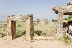 希拉波利斯,土耳其 古老埋葬结构废墟在大墓地 免版税库存图片