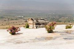 希拉波利斯,土耳其 古色古香的土窖充斥了与石灰华在大墓地 图库摄影