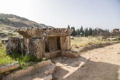 希拉波利斯,土耳其 古色古香的埋葬结构的废墟在大墓地 图库摄影