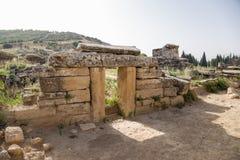 希拉波利斯,土耳其 坟茔的门面在古老大墓地 库存图片