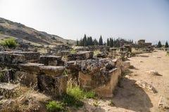希拉波利斯,土耳其 石棺和土窖古老大墓地的废墟的 免版税库存照片