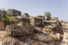 希拉波利斯(棉花堡),土耳其 古老大墓地的考古学挖掘 免版税库存照片