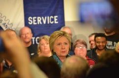 希拉里・克林顿与机械师谈话在联合霍尔 库存照片