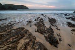 希望小海湾日落与岩石海岸线和lon的风景海景 库存照片