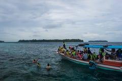 希望报海岛,雅加达,印度尼西亚- 2017年12月23日:一个小组地方游人在海享受潜航 库存图片