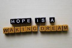希望是在木块的一个醒来梦想 企业和启发概念 图库摄影