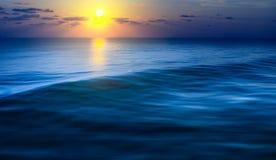 希望概念 与日出的海波浪 免版税库存图片