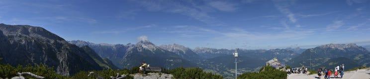 贝希特斯加登和Konigsee从Kehlsteinhaus的全景视图冠上 库存图片