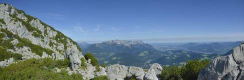 贝希特斯加登和Konigsee从Kehlsteinhaus的全景视图冠上 库存照片