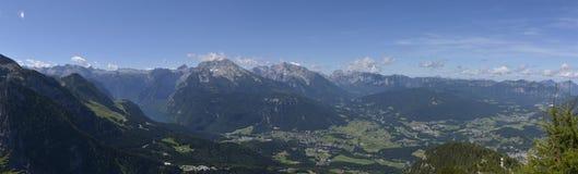 贝希特斯加登和Konigsee从Kehlsteinhaus的全景视图冠上 免版税库存图片