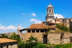 希罗纳看法有哥特式主教的座位钟楼的  库存图片