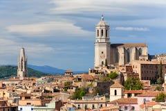 希罗纳都市风景和大教堂 免版税库存照片