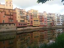 希罗纳,河 在水反射的议院 免版税库存图片