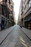 希罗纳,西班牙,2018年8月 看法其中一条在堡垒里面的中央购物的街道 库存照片