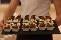 希脂乳,新鲜的蕃茄,绿色新鲜的快餐用油煎方型小面包片 免版税库存图片