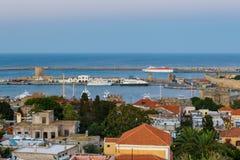希腊、罗得岛-口岸和老镇的7月12日全景在2014年7月12日的晚上在罗得岛,希腊 免版税库存图片