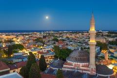 希腊、罗得岛-老镇和Suleyman晚上清真寺的7月12日全景与月亮的2014年7月12日在罗得岛, 免版税库存图片