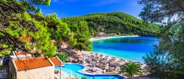 希腊假日、Panormos海湾、看法与旅馆和海滩 图库摄影