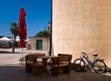 希腊假日中午12点 克利特 明亮的太阳的秀丽 免版税库存图片
