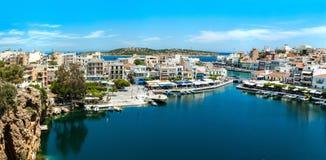 希腊克利特贴水Nikolaos湖全景,从上流的港口 图库摄影