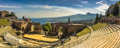 希腊剧院在陶尔米纳、埃特纳火山和地中海 免版税库存图片