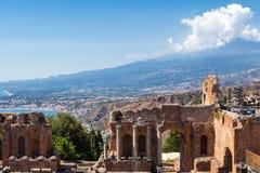 希腊剧院在陶尔米纳和Etna Mont 图库摄影