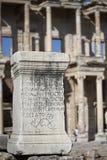 希腊在一个岩石的剧本古老信件在以弗所 库存照片