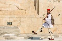 希腊士兵在正式的制服(或Evzoni)穿戴的Evzones,提到总统护卫队的成员 免版税库存图片