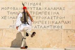希腊士兵在正式的制服(或Evzoni)穿戴的Evzones,提到总统护卫队的成员 库存图片