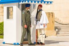 希腊士兵Evzones (或Evzoni)在正式的制服穿戴了 免版税库存图片