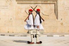 希腊士兵Evzones (或Evzoni)在正式的制服穿戴了 库存照片