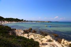 希腊多岩石的海滩的全景在一个晴天 图库摄影