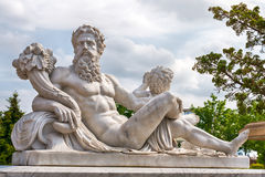 希腊奥林匹克神大理石象有聚宝盆的在他的手上 库存照片