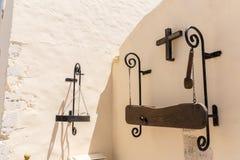 希腊宗教标志,十字架,与名字的匾在修道院墙壁上在克利特,希腊 库存图片