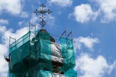 希腊宽容教会的塔的特写镜头scaffoldin的 库存照片