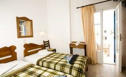 希腊宾馆内部ios海岛空间三倍 免版税库存照片