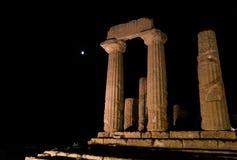 希腊寺庙专栏夜在阿哥里根托,西西里岛 库存照片
