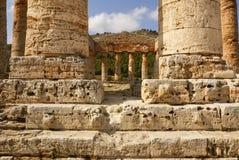 希腊寺庙在古城Segesta,西西里岛 免版税库存照片