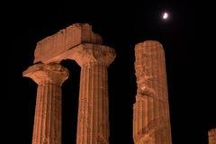希腊寺庙首都和专栏在夜期间在阿哥里根托,西西里岛 免版税库存照片