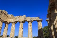 希腊寺庙E的多立克体柱廊在Selinus的在Selinunte -西西里岛,意大利 图库摄影