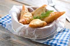 希腊希脂乳和菠菜filo酥皮点心三角 免版税库存图片
